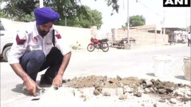 Photo of Punjab: Meet traffic cop who fills up potholes on Bhatinda roads
