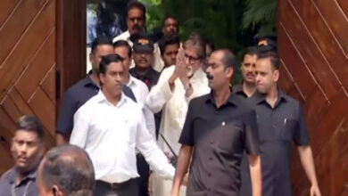 Photo of Amitabh Bachchan greets fans outside Jalsa on his birthday