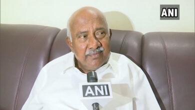 Photo of K'taka disqualified legislator asks CM to bifurcate Mysore