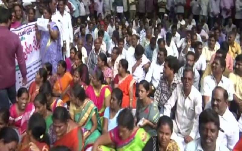 TSRTC strike: Driver attempts suicide, rescued by locals