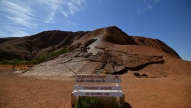 Photo of Uluru closed to climbers after crowds make final ascent