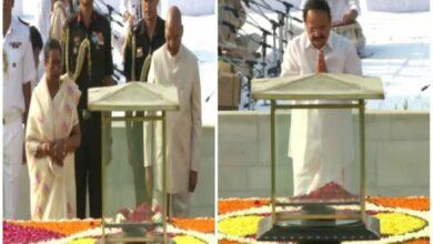 Photo of President Kovind,VP Naidu pay tributes to Mahatma Gandhi at Rajghat