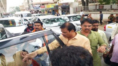 Photo of K'taka Minister takes accident victims to hospital in his car