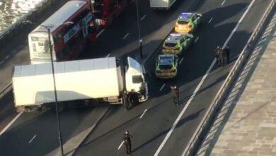 Photo of Police shoot man on London Bridge after stabbing