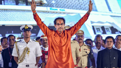 Photo of Fact check: Did cops distribute Tasbeehs after Uddhav took oath?