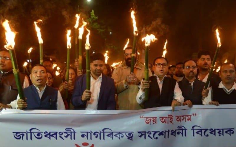 असम में नागरिकता संशोधन बिल के खिलाफ सड़कों पर उतरे लोग, हो रहा विरोध-प्रदर्शन 1