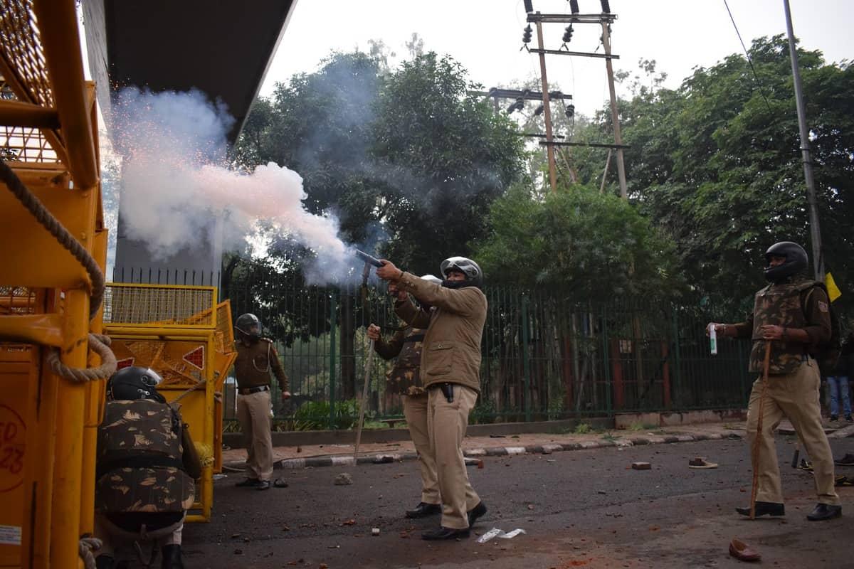 नागरिकता बिल के खिलाफ जामिया के छात्रों ने किया प्रदर्शन, पुलिस ने चलाई लाठियां 10