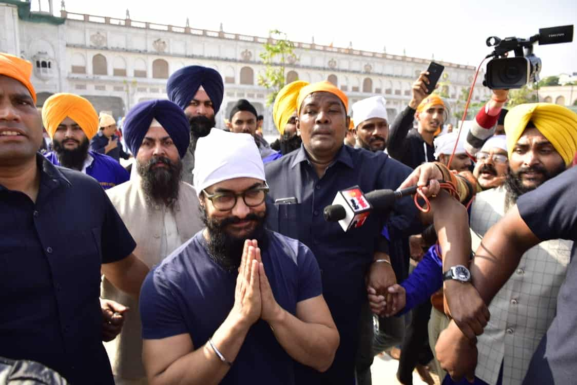 शूटिंग के बीच गोल्डन टेंपल पहुंचे आमिर खान ने स्वर्ण मंदिर में मत्था टेका 1