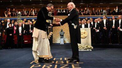 Photo of With 'desi' swag, Abhijit Banerjee receive Nobel Prize