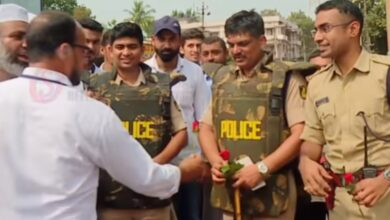 Photo of Bhatkal: Protesters offer roses to cops
