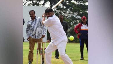 Photo of Bengaluru: Dk Shivakumar plays cricket with media persons