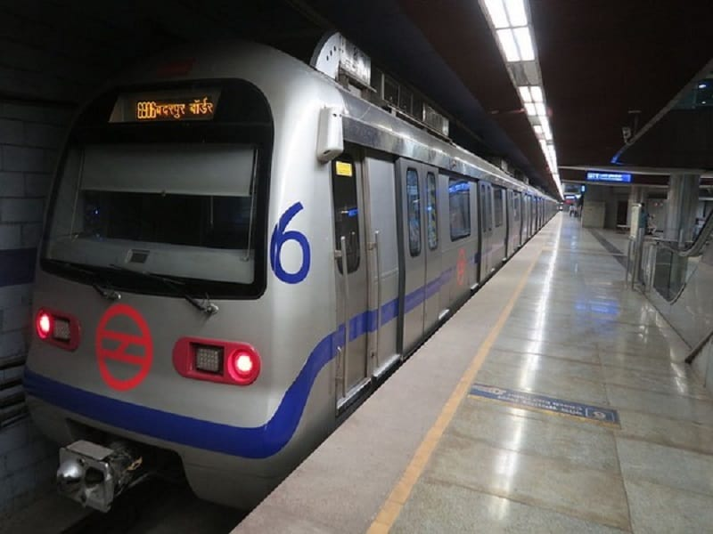 Man dies after jumping before metro train