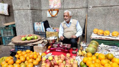 Photo of Fruit-seller refuses to charge journos, praised on Twitter