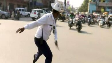 Photo of Traffic cop dances to manage traffic