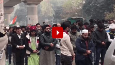 Photo of Non-Muslims form human chain for Jamia students offering 'namaz'