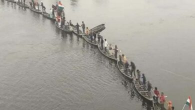Photo of Villagers in Athar form human chain on boats in Muzaffarpur