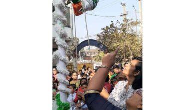 Photo of Pilot Ajmera hoists flag at Gitanjali school to mark R-Day