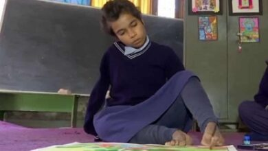 Photo of 18-yr-old Chandigarh girl with no arms uses her toes to paint