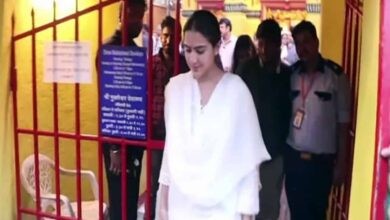 Photo of Sara Ali Khan seeks blessings from Shani Dev with mother Amrita