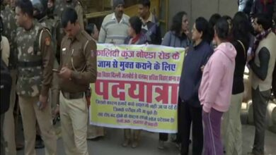 Photo of Protest held in Sarita Vihar demanding removal of barricades