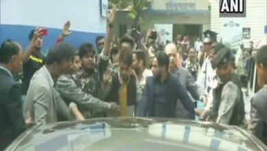 Photo of Jadavpur University students block Guv's car,protest against CAA