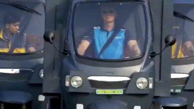 Photo of Amazon CEO Jeff Bezos drives e-rickshaw; video goes viral