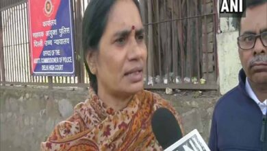 Photo of Nirbhaya's mother urges President to reject convicts mercy plea