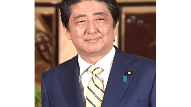 Photo of Japan's ex-PM Abe visits controversial Tokyo shrine