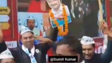 Photo of AAP celebrates win with Manoj Tiwari's 'Rinkiya Ke Papa'