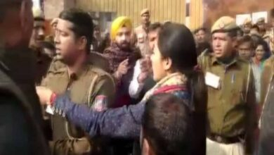 Photo of Congress' Alka Lamba tries to slap AAP worker at polling booth