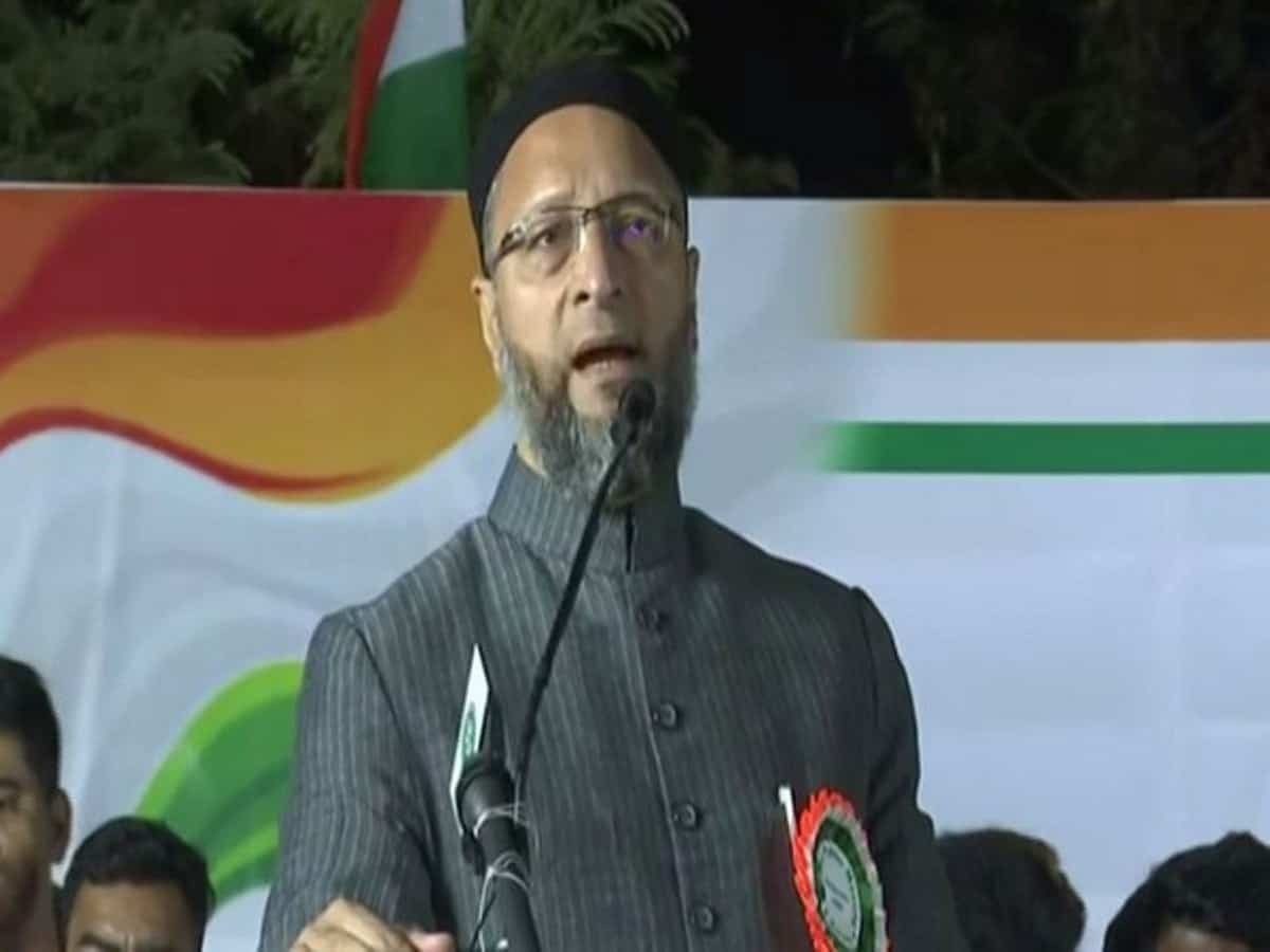 Asaduddin Owaisi 'urges' KCR to stay NPR
