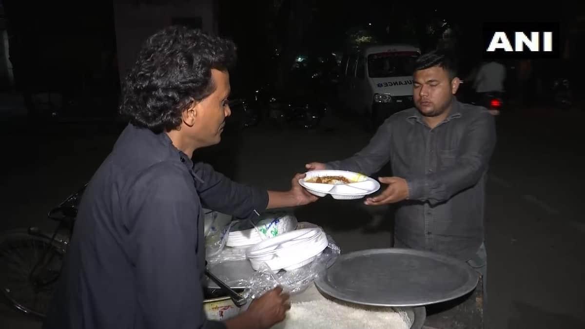 दिल्ली हिंसा : मदद को स्थानीय लोगों ने बढ़ाये हाथ, घायलों के परिजनों को खिला रहे खाना 2