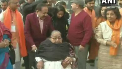 Photo of Harsh accompanies family members to cast vote for Delhi polls