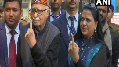 Photo of Delhi polls: LK Advani, daughter Pratibha Advani cast vote