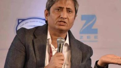 Photo of Stones pelted at bus carrying Ravish Kumar