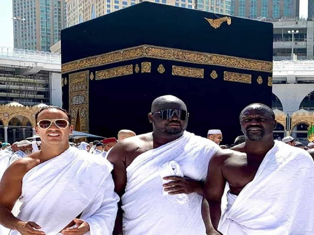 Famous rapper Akon along with his friends in Masjid Al-Haram. Image: Twitter