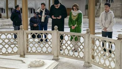 Photo of After release, Farooq Abdullah visits father's grave