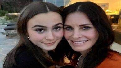 Photo of Courteney Cox plays piano as daughter sings cover of Demi Lovato