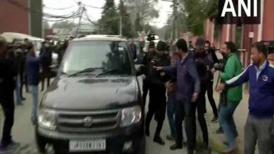 Photo of Cong leader Azad meets Farooq Abdullah after his release