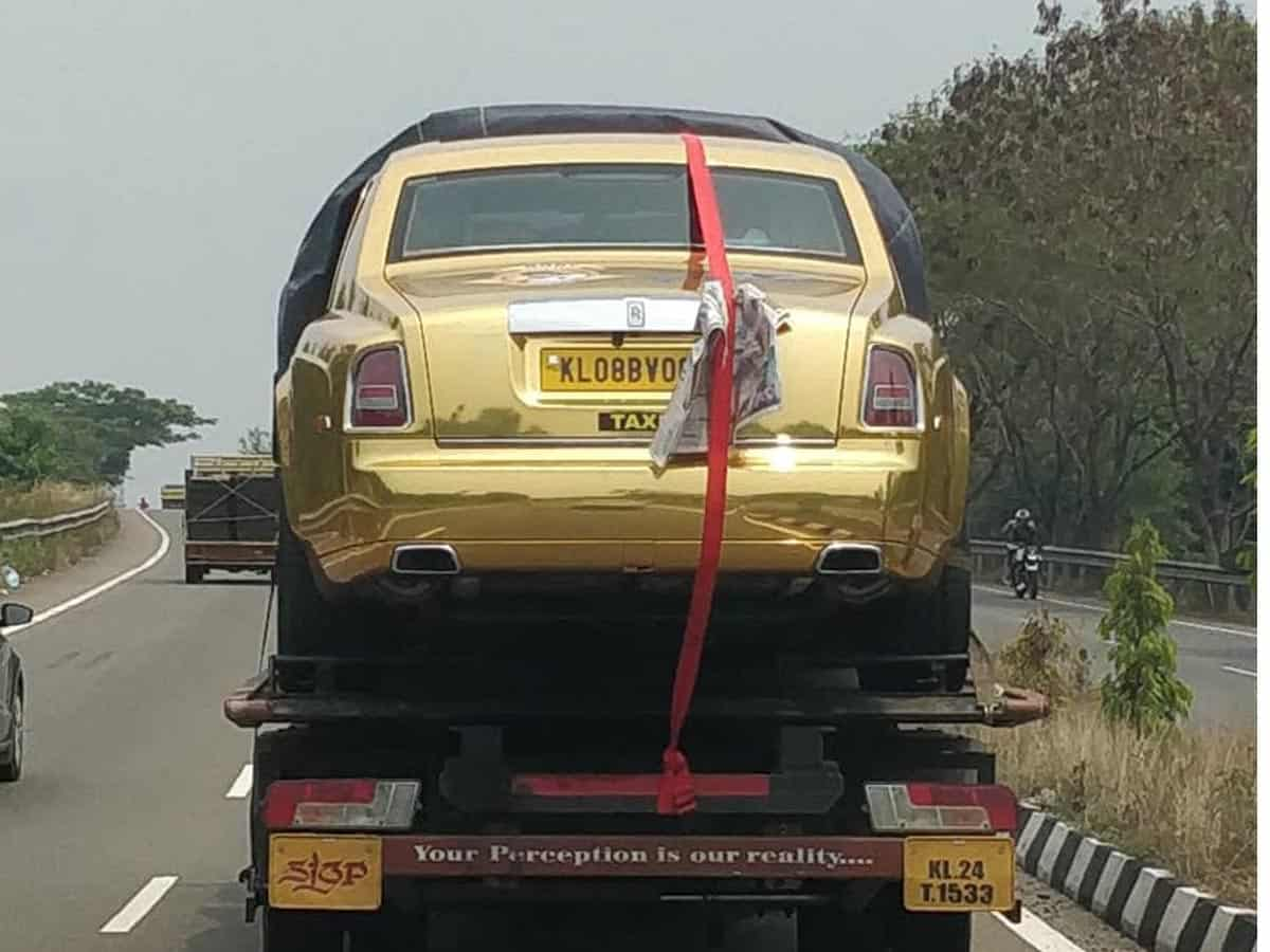 Gold Rolls-Royce cab leaves netizens in splits