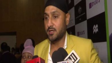Photo of Harbhajan lauds Sikh man for providing food to poor woman