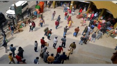 Photo of Shimla residents crowd at stores during curfew to buy essentials