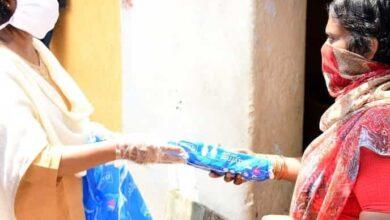 Photo of Social activist Rubina distributes sanitary napkins in COVID times