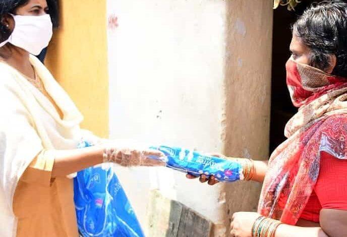 Social activist Rubina distributes sanitary napkins in COVID times