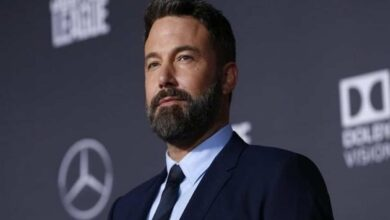 Photo of Ben Affleck won't let face mask stop him from smoking