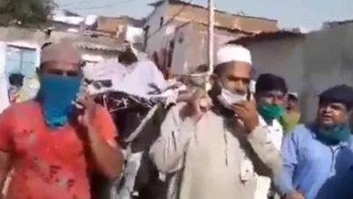 Photo of Muslims stand in for family of dead Hindu, perform last rites