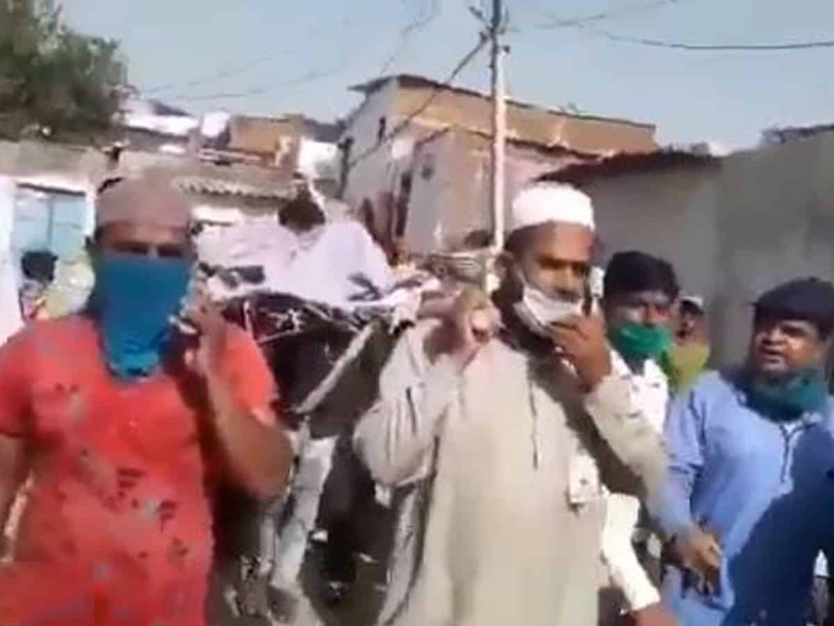 Muslims stand in for family of dead Hindu, perform last rites