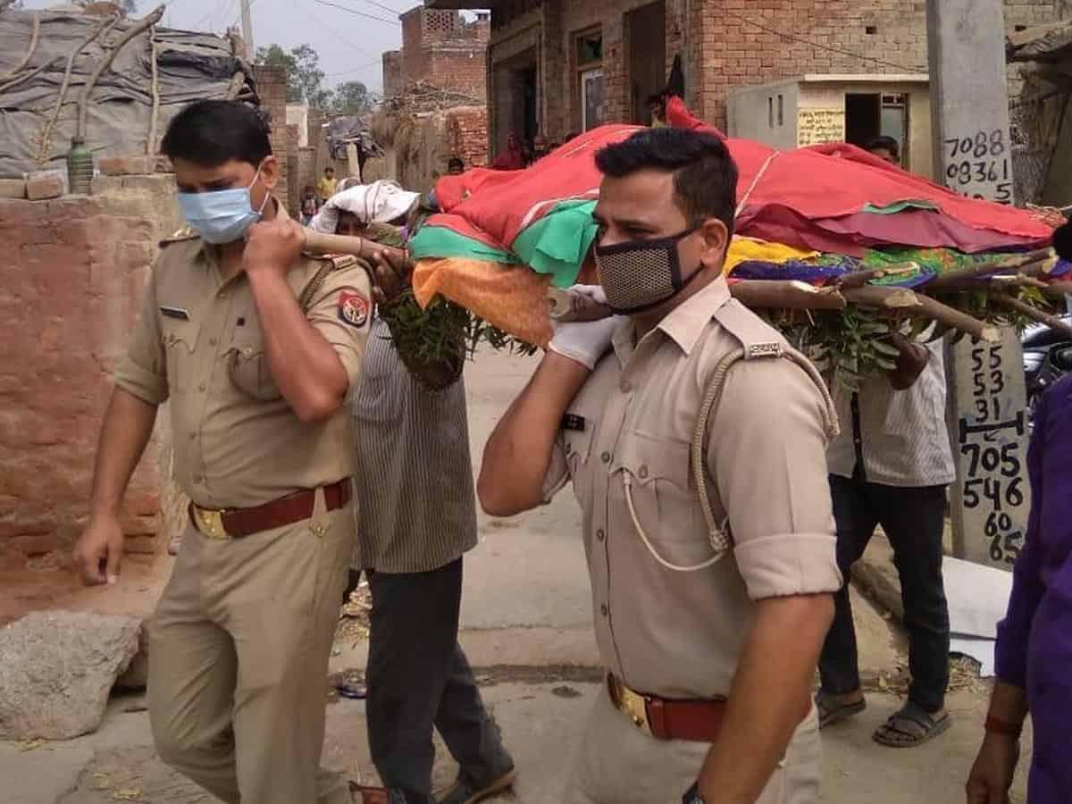 Police, health workers go beyond duty, perform last rites