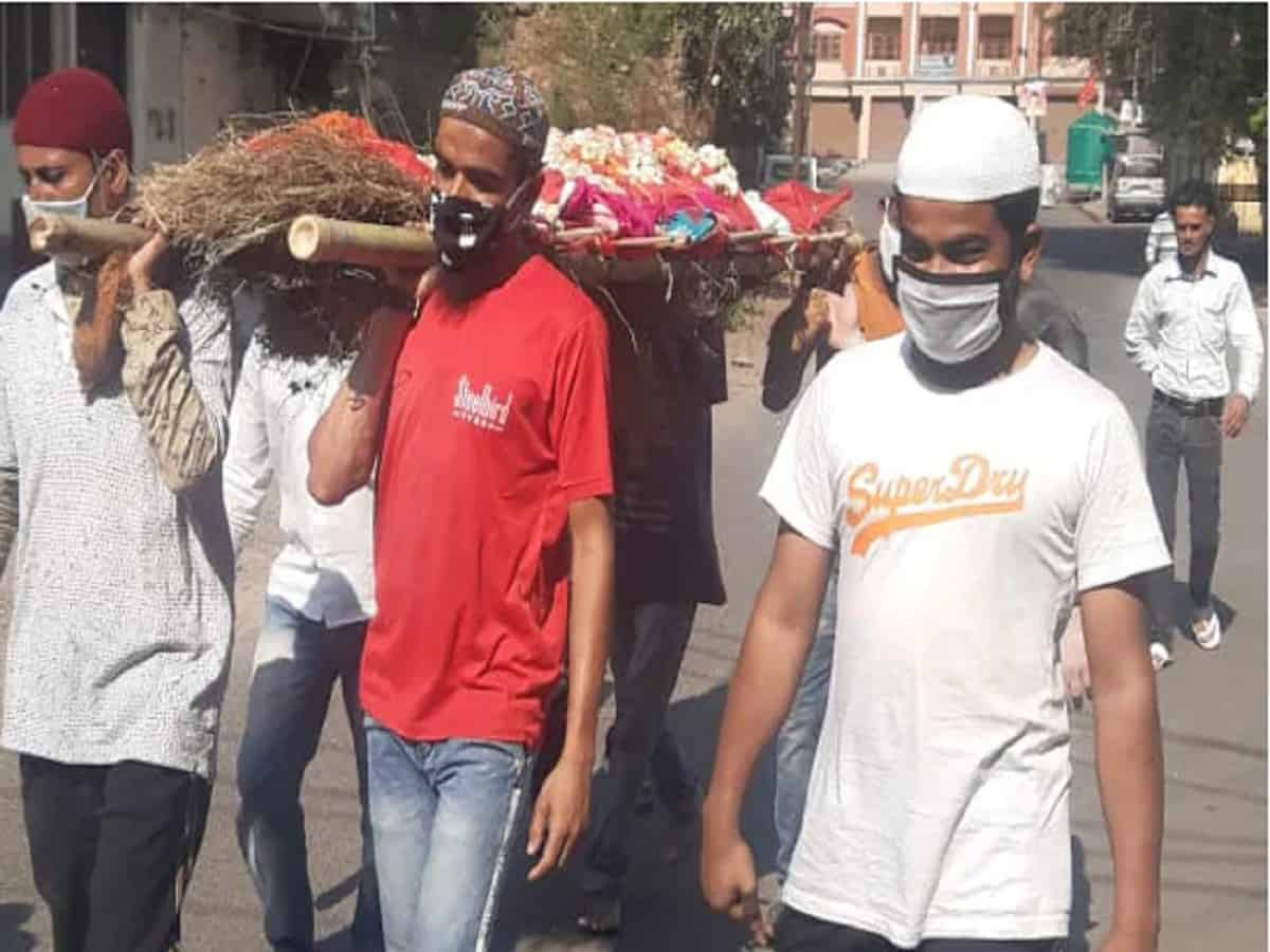 The Muslim youths carried the bier of the woman for 2.5kms to the cremation ground