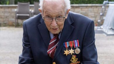 Photo of WWII veteran, 99, raises more than £12 mln for UK health workers